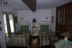 wooden_room_bed